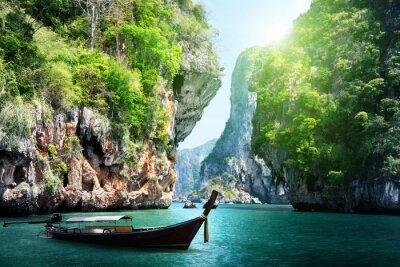 Plakat długich łodzi i skał na Ao Nang w Krabi, Tajlandia