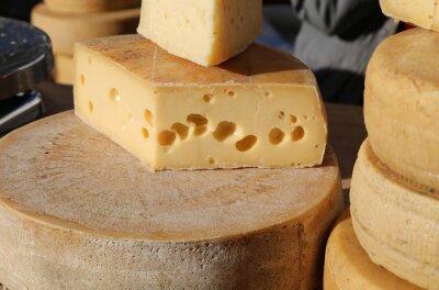 Plakat dojrzały ser z dziurami na sprzedaż na rynku