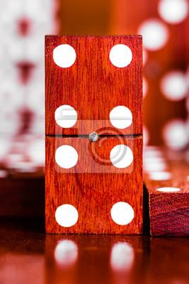 Plakat Domino dachówka z obecnie kawałki ostrości w tle