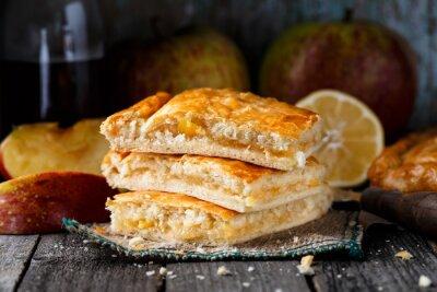 Plakat Domowe ciasto nadziewane jabłkami i cytryną