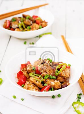 Domowej roboty kung pao kurczak z pieprzami i warzywami. Chińskie jedzenie. Wymieszać smażyć.