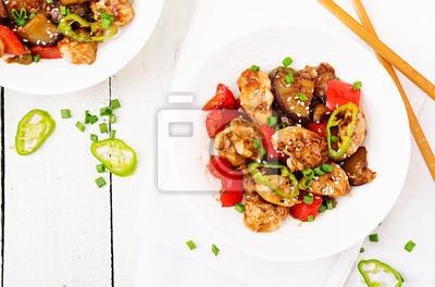 Domowej roboty kung pao kurczak z pieprzami i warzywami. Chińskie jedzenie. Wymieszać smażyć. Widok z góry. Płaskie leżało