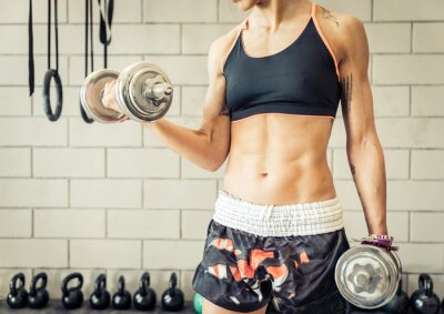 Plakat Dopasuj kobieta podejmowania szkolenia biceps