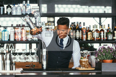 Plakat Doświadczony barman dodający alkohol do wytrząsarki