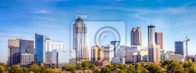 Plakat Downtown Atlanta Skyline pokazano kilka znanych budynków i hoteli pod błękitnym niebem.