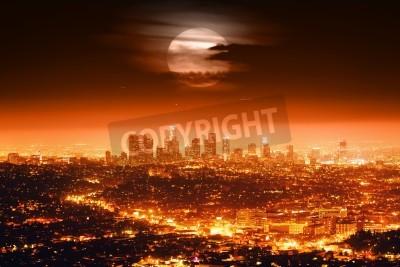 Plakat Dramatyczny pełni księżyca nad Los Angeles Skyline w nocy.