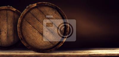 Drewniana stara retro beczka na biurku i wolne miejsce na dekoracje