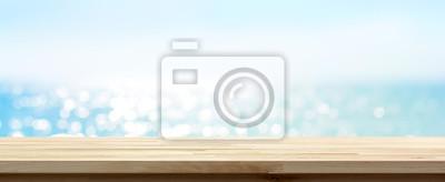 Plakat Drewno blatu stołu na niebieskim latem iskrzenie wody morskiej banner bokeh tła