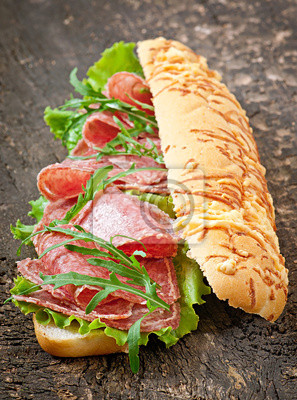 Duża kanapka z salami, sałatą i rukolą