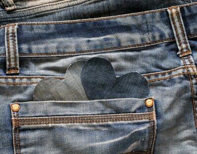 dwa kieszonkowe serca są wycinane z niebieskich denimów z kieszeni starego noszonego spodnia