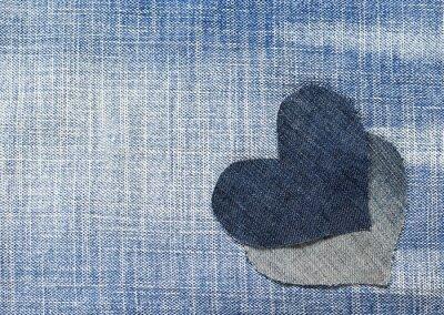 dwa serca wycięte z niebieskiego denim w stylowym tle