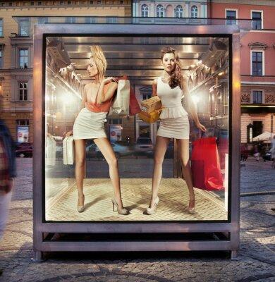Plakat Dwa sklepy kobiet w oknie wystawowym