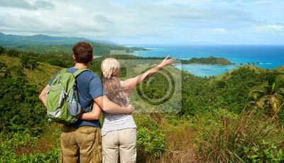 Dwa turystów z plecakiem stoi na szczycie góry