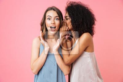 Plakat Dwie podekscytowane młode dziewczyny ubrane w letnie ubrania