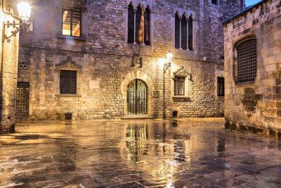 Plakat Dzielnicy Gotyckiej w mokrych warunkach pogodowych