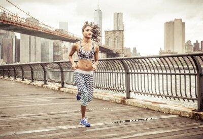 Plakat Dziewczyna działa na molo z New York Skyline w tle