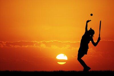 Plakat Dziewczyna gra w tenisa na zachodzie słońca