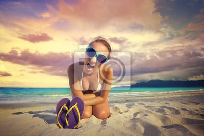 Dziewczyna krzyczy na aparat na pięknej pob tropikalnej