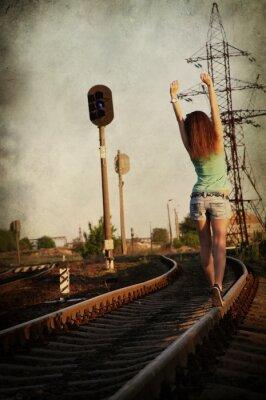 Plakat dziewczyna spaceru sam wzdłuż ra tor