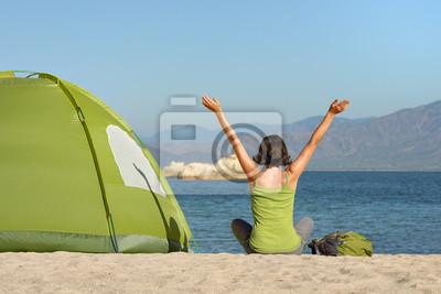 Plakat Dziewczyna Traveller z podniesionymi rękami cieszyć się widokiem na morze i góry.