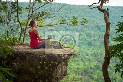 Dziewczyna z plecak siedzi na cliff i relaks