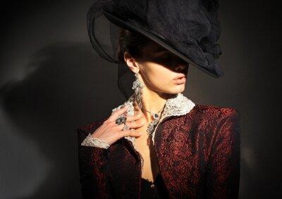 Plakat Dziewczyna z rocznika kapelusz i czerwonym płaszczu, z biżuterią