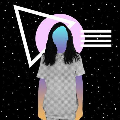 Plakat Dziewczyna z teksturą gazety i gradientem zamiast twarzy stoi na tle przestrzeni i geometrycznych kształtów. Współczesny kolaż.