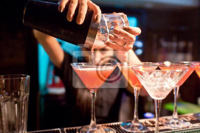 Plakat Dziewczynka barman przygotowuje drinka w nocnym klubie