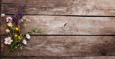 Plakat Dzikie kwiaty na stare drewniane tło grunge (rumianek dmuchawce mniszek tymianek mięta dzwony)