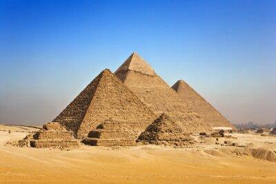 Plakat Egipt. Kair - Giza. Ogólny widok piramid z Giza Plateau (na przedniej stronie: 3 piramidy zwane piramid królowych; następne w kolejności od lewej: piramida Mykerinosa, Chefrena i Chufu)