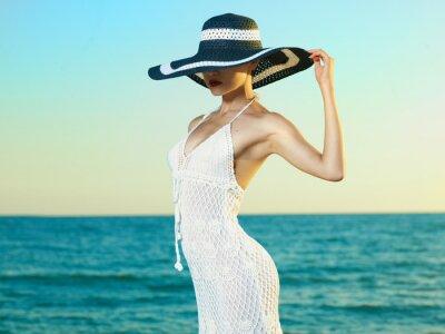 Plakat Elegancka kobieta w kapeluszu na morzu