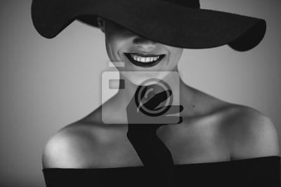 Plakat Elegancka piękna kobieta w czarnym kapeluszu i sukni