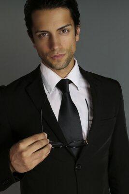 Plakat Elegancki mężczyzna trzymając kieliszki
