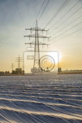 elektryczne wieża w krajobrazie wsi z pól w folii