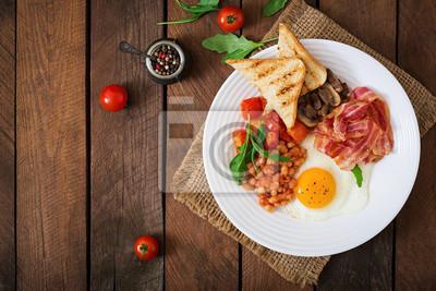 English breakfast - smażone jajka, fasola, pomidory, pieczarki, boczek i tosty. Widok z góry