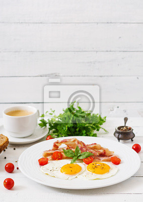 English breakfast - smażone jajka, pomidory i boczek.