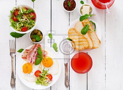 English breakfast - smażone jajka, pomidory i boczek. Płaski świecki. Widok z góry