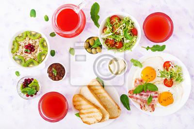 English breakfast - smażone jajka, pomidory i boczek. Śniadanie dla dwóch osób. Owsianka. Płaski świecki. Widok z góry