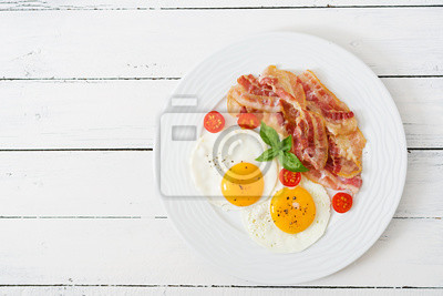 English breakfast - smażone jajka, pomidory i boczek. Widok z góry.