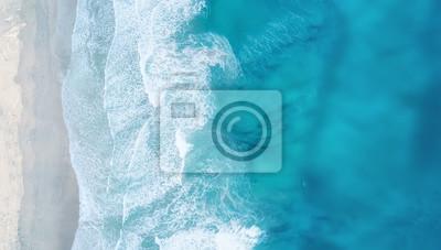 Plakat Fale na plaży jako tło. Piękny naturalny tło przy lato czasem