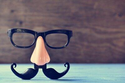 Plakat fałszywe wąsy, nos i okulary na niebieskim powierzchni