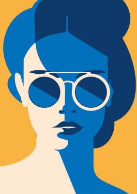 Plakat Fasonuje portret wzorcowa dziewczyna z okularami przeciwsłonecznymi. Retro modny kolor plakatu lub ulotki.