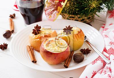 Faszerowane pieczone jabłka z serem, rodzynkami i migdałami na Boże Narodzenie na białym tle. Deser świąteczny.