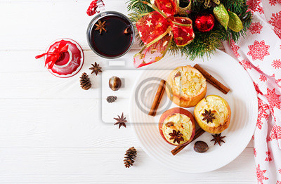 Faszerowane pieczone jabłka z serem, rodzynkami i migdałami na Boże Narodzenie na białym tle. Deser świąteczny. Widok z góry.