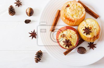 Faszerowane pieczone jabłka z serem, rodzynkami i migdałami na Boże Narodzenie na białym tle. Deser świąteczny. Widok z góry. Leżał płasko