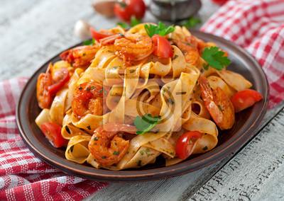 Fettuccine makaron z krewetkami, pomidorami i ziołami