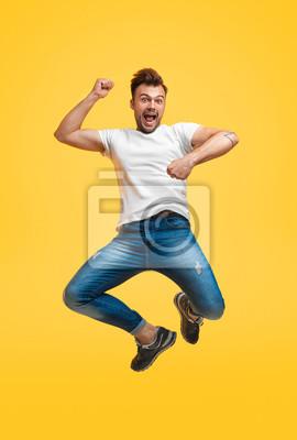 Plakat Figlarny skokowy mężczyzna na żółtym tle