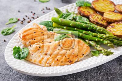 Filet z kurczaka gotowany na grillu z dodatkiem szparagów i pieczonych ziemniaków. Dietetyczne menu. Zdrowe jedzenie.