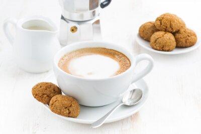 Plakat filiżanka cappuccino i makarony na białym stole