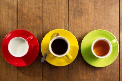 Plakat filiżanka herbaty, mleka, kawy na drewnie
